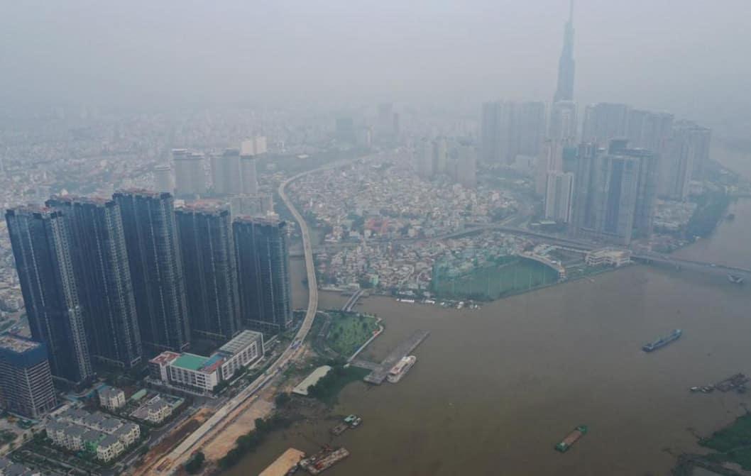 Các tòa nhà cao tầng trở nên mờ ảo trong sương mù quang hóa